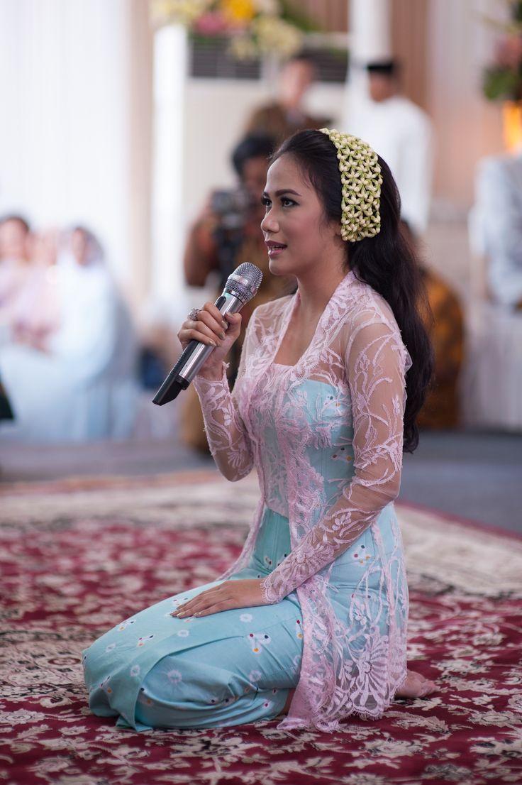 Siraman - Javanese Wedding Ceremony #kebaya #tenun #songket #batik #kebayainspiration #inspirasikebaya #kutubaru #indonesia #wedding #engagement #peach #mint #green #fuchsia #flowers #decoration #rustic #seserahan #tradisi #jawa #siraman