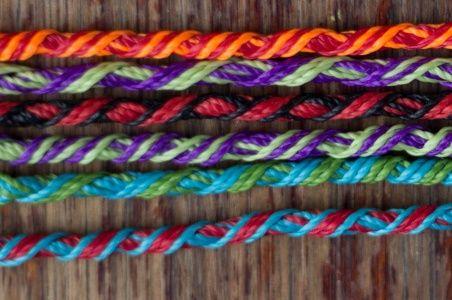 Cómo hacer pulseras hippies. Seguramente habrás visto miles de veces las pulseras de los deseos, llamadas también pulseras hippies. Consisten en unas finas pulseras de colores hechas a
