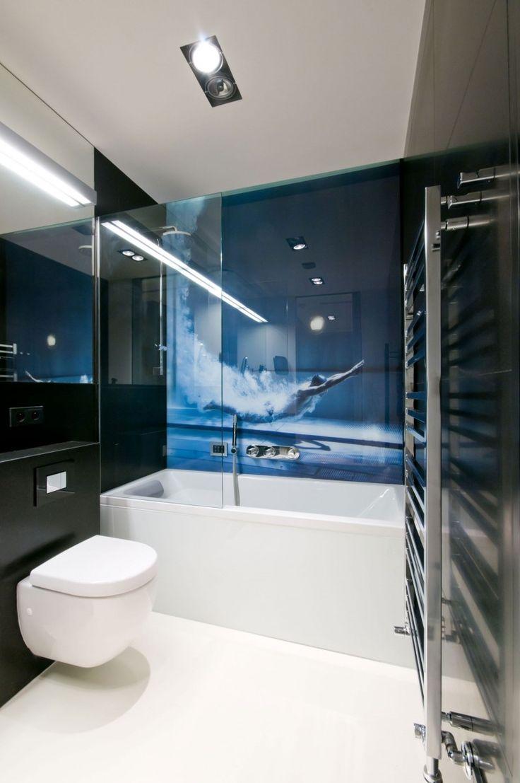 wirkungsvolle Fototapete hinter Glaswand im Bad neben der Badewanne
