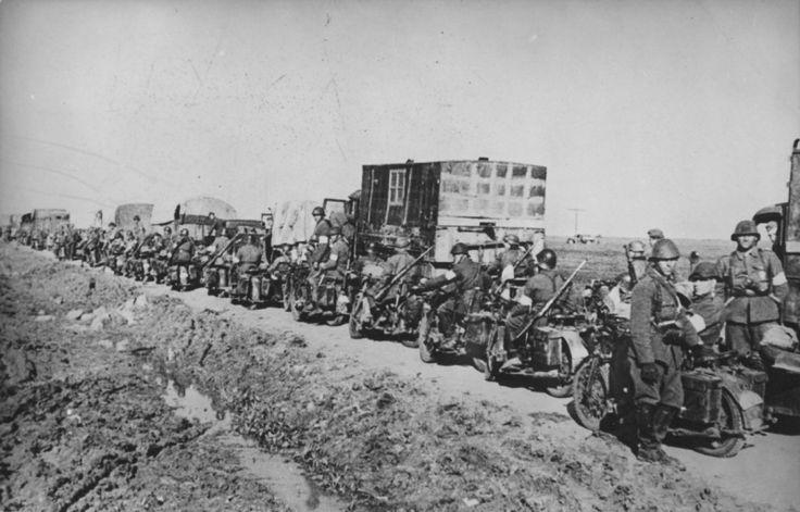 Колонна румынских мотоциклистов и грузовиков на дороге в окрестностях Керчи