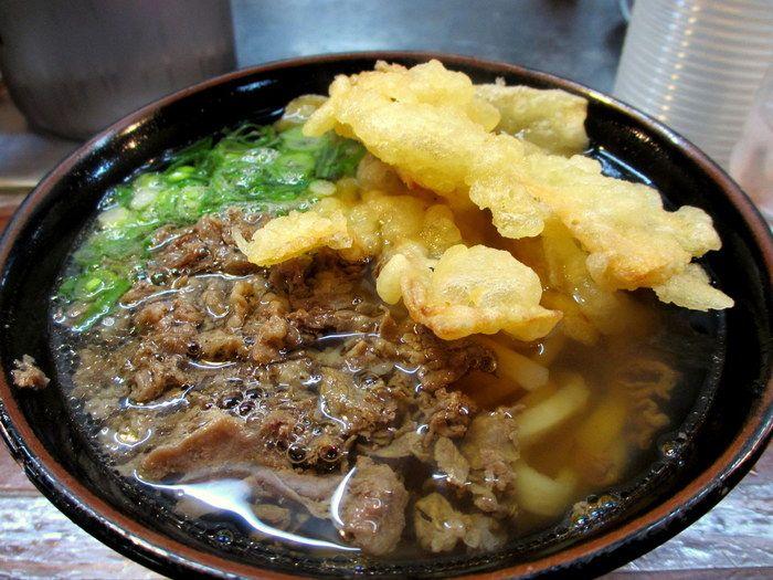 おすすめは「肉ごぼううどん」。博多のうどんの特長は麺が柔らかく、もちっとしていること。柔らかい麺が優しく上品な味のスープによく合うんです。サクッとしたごぼう天も美味しいですよ。