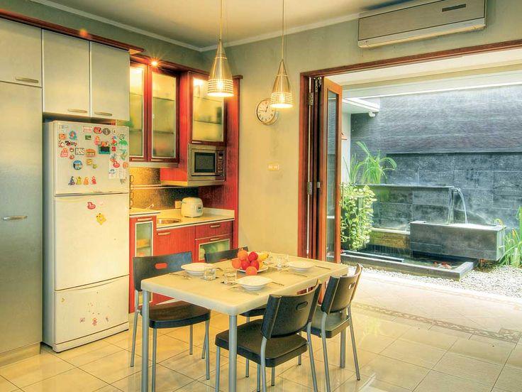 Dapur terlihat lebih rapih dengan penataan yang sederhana. Mulai dari penempatan kabinet hingga pilihan materialnya yang sukses membuat dapur mungil tampil lebih stylish .