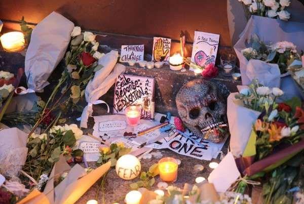 Attentats à Paris : les hommages aux victimes en France et dans le monde - Devant le restaurant Le Carillon, à Paris - Femina.fr