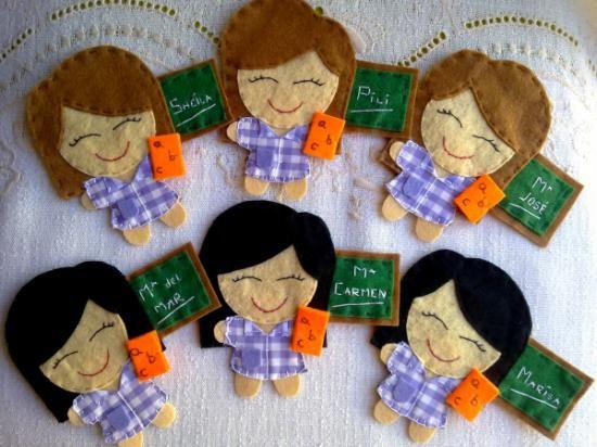 Muñeca maestra personalizada con nombre en broche, imán, coletero, marcapáginas, P.V.P. 4€. Diadema o triángulo para auto P.V.P. 5€
