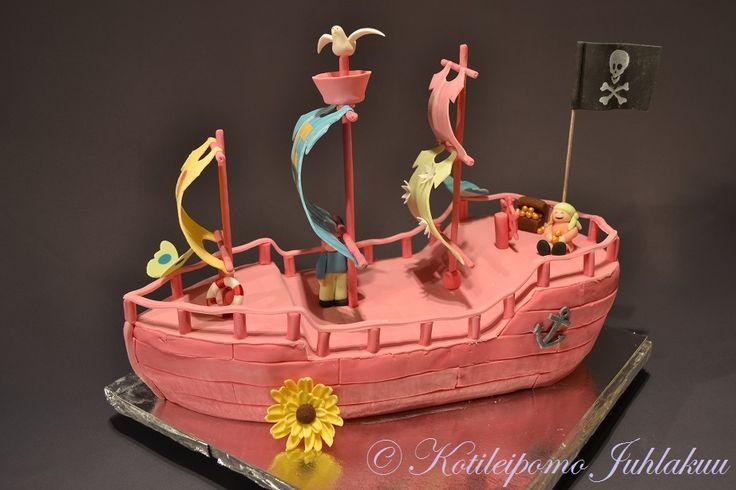 Pinkki merirosvolaiva-kakku