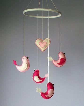 Mobile Oiseaux et coeur feutrine rose