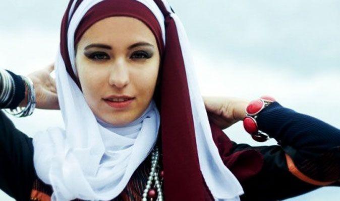 Meski fungsinya sebagai penutup aurat, memakai kerudung atau jilbab juga harus memperhatikan sisi estetikanya. Ini penting agar kamu merasa nyaman dan percaya diri saat memakai jilbab. Salah satunya adalah mengenakan model jilbab yang cocok dengan bentuk wajah kamu.