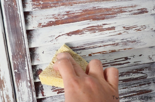getting a weathered paint look with a sponge