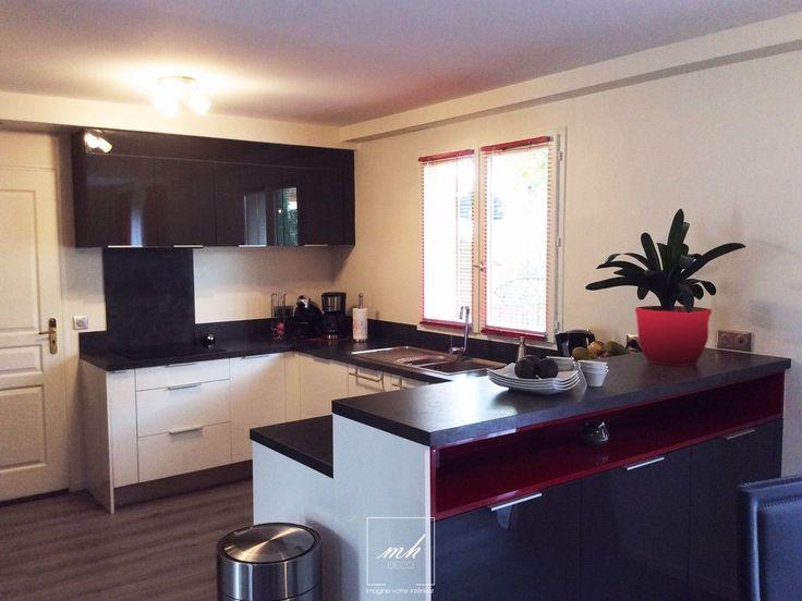 Réagencement de la #cuisine ouverte toujours dans une ambiance moderne. Le mélange de blanc, de noir et de rouge apporte de la lumière et du dynamisme