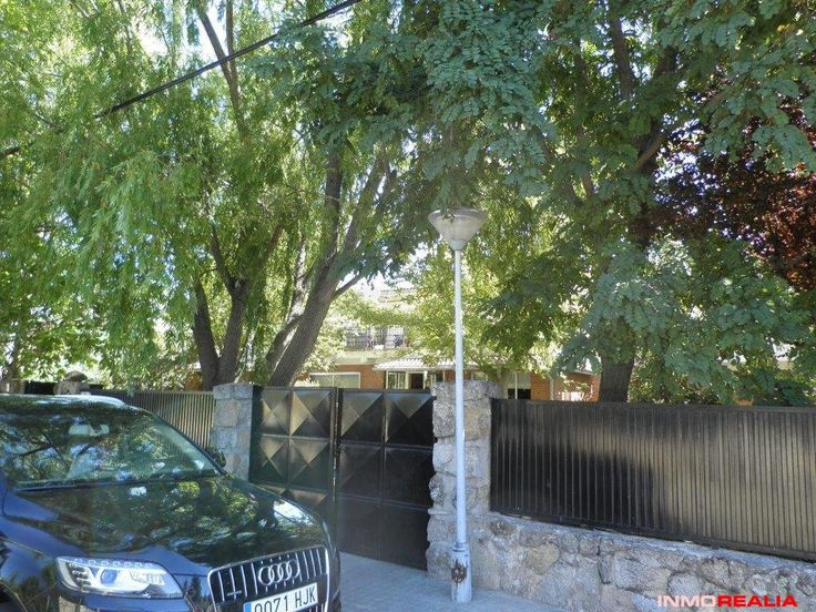 Large detached villa in the Sierra de Madrid with a large plot of 1152m2, has a large garden with trees. Formerly used as a residence for the elderly, you have all the services and the plot is twice as big as the other plots.