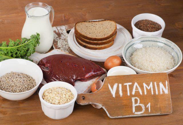 La vitamina B1, detta anche tiamina, viene assorbita rapidamente nell'intestino tenue e poi portata, attraverso il sistema circolatorio, al fegato, ai reni e al cuore. Il tuo corpo ha bisogno di un apporto quotidiano di questa sostanza.