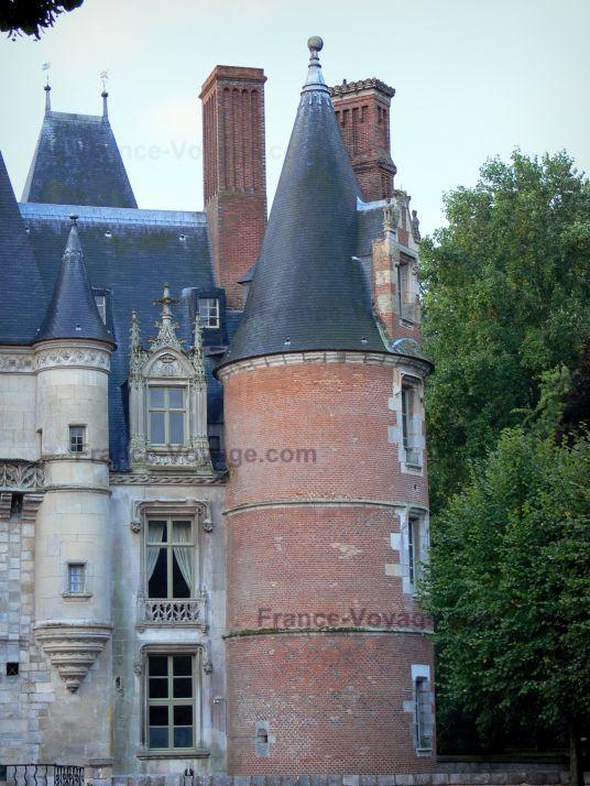 Château de Maintenon : Tour en poivrière et façade du château Renaissance, arbres