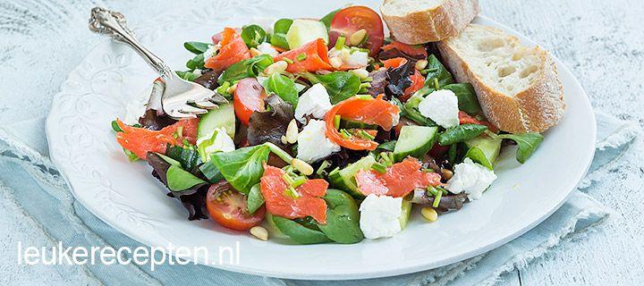 Ideaal op een warme zomerdag: snelle en frisse salade met zalm en bieslook vinaigrette
