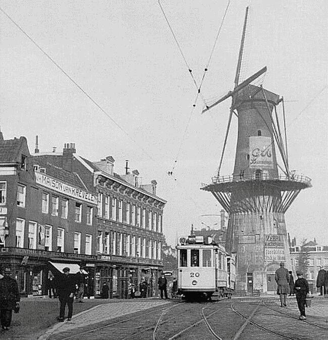 Het Oostplein met molen De Noord in 1920. De foto is van engelfriet.net
