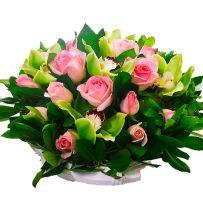 Καλάθι με ορχιδέες σιμπίντιουμ και τριαντάφυλλα 022
