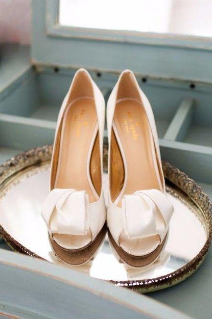 Scarpe da sposa con tacco e piattaforma. Un comodo spuntato open toe color crema per essere perfette il giorno delle nozze.