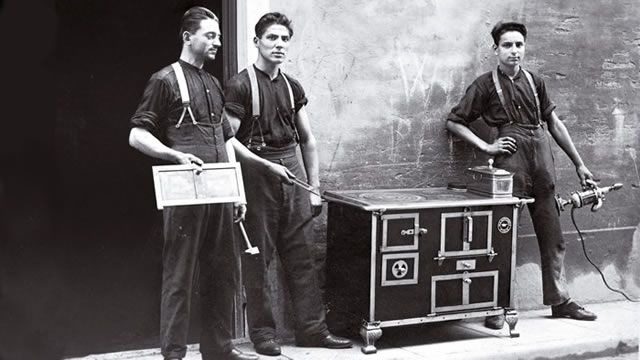 1922 Angelo Po, one of the best blacksmiths in Carpi, opened his first workshop in the city in 1922. Although he was young, Angelo was passionate about his work, determined and confident in his abilities as a craftsman.