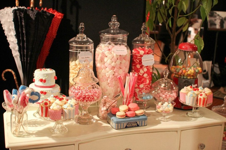 A Vintage & Pretty candy table. Cake and cupcakes by Decorada.