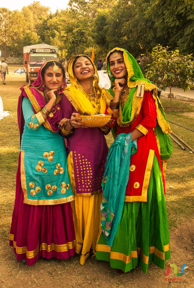 :::: ♡ ✿⊱╮☼ ☾  PINTEREST.COM christiancross ☀❤•♥•* ::::   Gidha is tradditional dance of punjab. Only girls are perform Giddha.