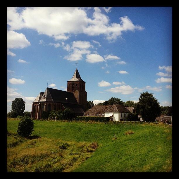 De Sint Martinuskerk in Oud-Zevenaar (gemeente Zevenaar) op zondag 22 juli 2012 tijdens zijn twietstocht die op 30 juni in Maastricht begon. via @graat.