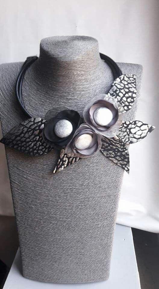 Nuovi materiali...nuove idee Mi piacciono tanto queste pastiglione argento! ❤❤ Collana in ecopelle, organza, raso e cartapesta! Se vi piace, mettete un like!