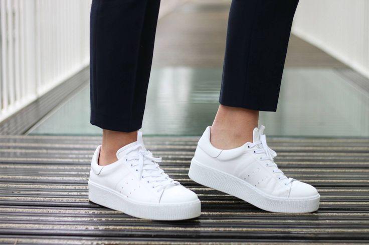 Een pak was daarom ook geen rare keuze, maar omdat ik niet goed wist welke schoenen ik eronder moest dragen, kwam het pak niet vaak uit de kast. Maar sinds ik nieuwe sneakers van Tango heb gekregen, weet ik wel welke schoenen ik eronder moet dragen!   http://www.teddlicious.nl/outfit-blue-suit-white-sneakers/