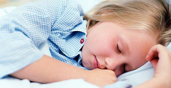 Um estudo britânico conclui que não ter uma hora certa para ir dormir faz pior às crianças do que se deitarem todos os dias tarde.