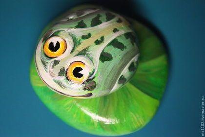 Купить или заказать Рыбки разноцветные.Лягушка. в интернет-магазине на Ярмарке Мастеров. Роспись по камню-это древнее искусство еще от наших пещерных предков.Морская галька довольно разнообразная-по размеру,форме,цвету, фактуре...Разноцветные рыбки,лягушка станут прекрасным подарком для друзей и близких.Рыбки и лягушка расписаны акриловыми красками и покрыты .лаком.Приветствуются ваши пожелания и фантазии.Есть возможность сделать РЫБКИ магнитами.Лягушка-450 рублей,Рыбка-350 рублей.