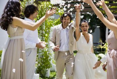 Cómo hacer una renovación de votos de matrimonio inolvidable | eHow en Español