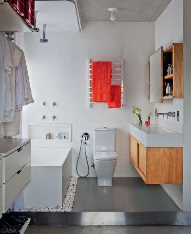 Para o banheiro, a dupla queria um clima de spa, por isso encomendou a banheira de Corian (Studio Vitty). Toalhas da Trousseau. No móvel sob a pia (execução de Vanderley Masiero), as portas de correr preservam o espaço de armazenamento.