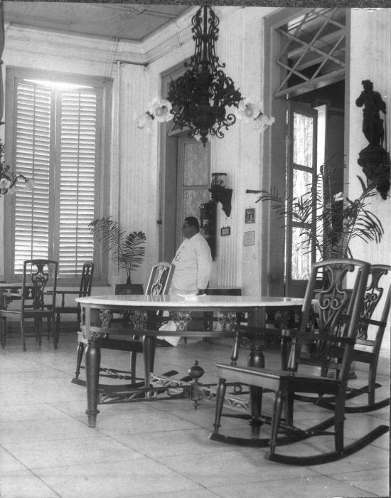 COLLECTIE TROPENMUSEUM Man op een galerij van Hotel des Indes Batavia TMnr…
