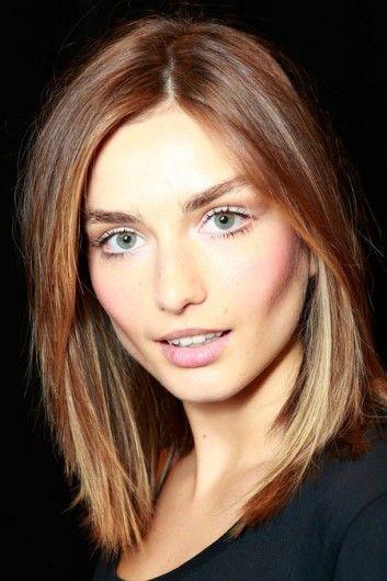 De modellen van Ralph Lauren met pastelkleurige oogschaduw, met blush aangezette wangen en matte lippen. Het haar is steil met een zijscheiding.