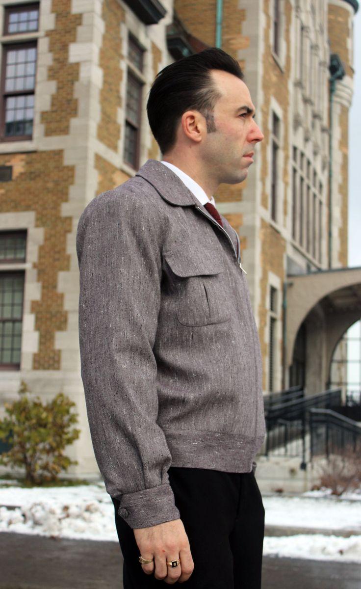 Ricky jacket en laine mouchetée. Fait à la main daprès un modèle dépoque. - Confection de qualité! - Deux poches à rabats. - Fermeture éclair en métal. - Laine mouchetée. - Élastique au dos à la bande de ceinture pour protéger des courants dair. - Pièces de tissu entoilées.  Mesures prisent sur la veste: ( À titre indicatif seulement: M ) - Carrure dos: 17½ (44,5cm) - Longueur devant, de la base du cou au bas: 22¼ (56,5cm) - Longueur du plus haut point de lépaule au bas: 25½ (65cm)…