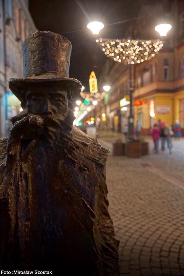 Świetlik, który według legendy rozświetla zagubionym bytomianom drogę w ciemnościach, nie ma teraz na ulicy Dworcowej zbyt wiele roboty :) | Bytom | fot. Mirosław Szostak