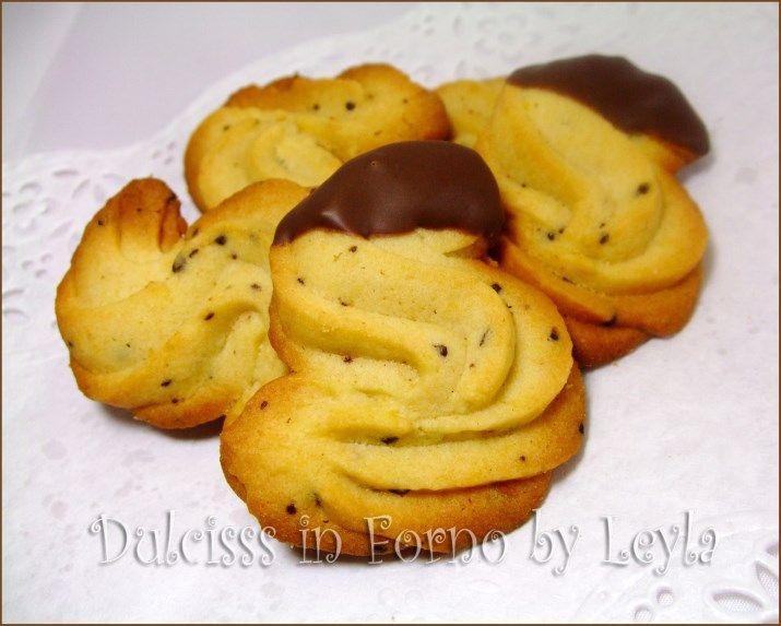 I biscotti al caffe di pasta frolla montata sono dei biscotti molto raffinati adatti sia per la colazione che per la merenda. Friabili e golosi.