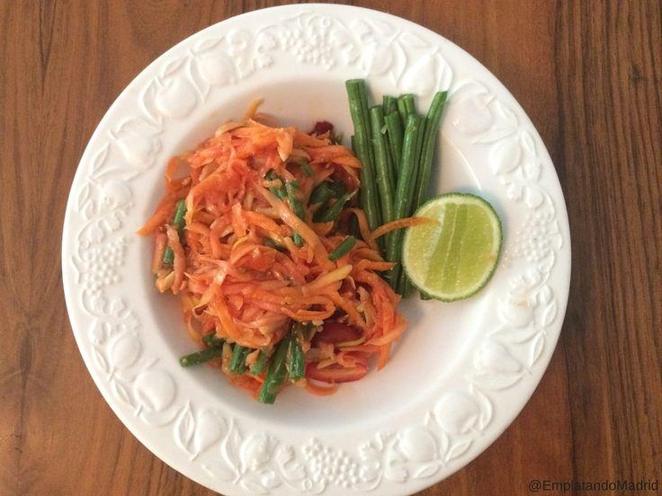 Hoy preparamos la deliciosa receta de Som Tum: la ensalada de papaya verde tailandesa. Una receta tradicional del StreetFood tailandés que te encantará.