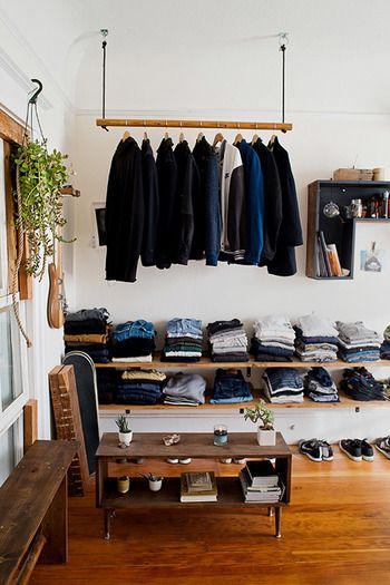たくさんある洋服をお店風にたたんでディスプレイ。好きな服を眺めていられて、選びやすいオープンシェルフならではの収納法ですね。