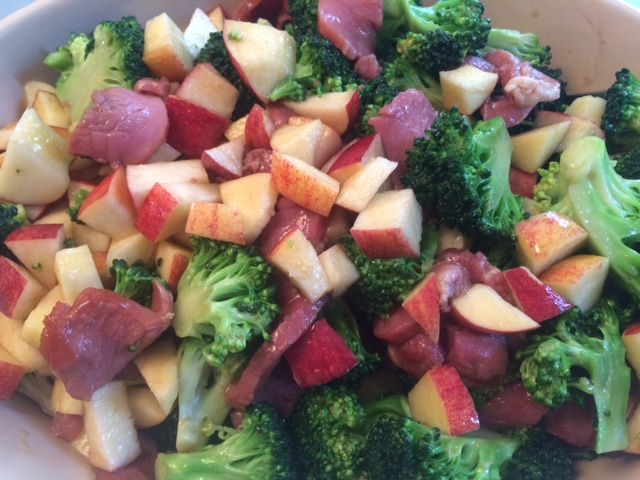 broccolisalat med mørbrad og æble