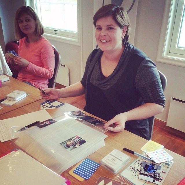 Den gode hjelper på alle kursene til Becky  #connieshobbykunst #beckyhigginsnorway #hobbykunstmegastore