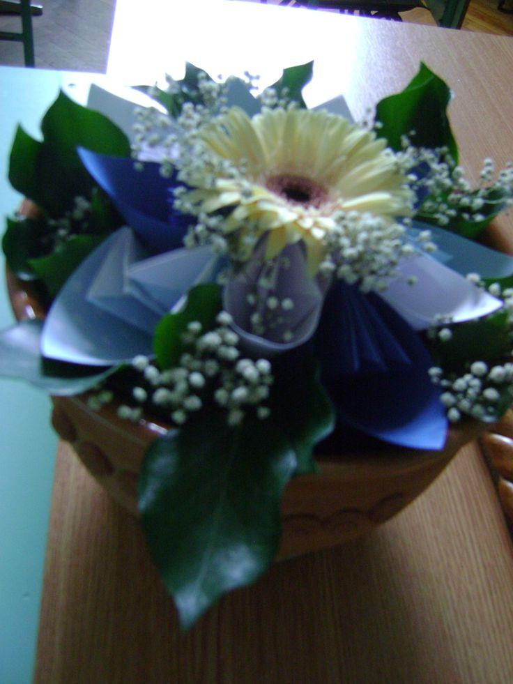 Ballagásra készítettem, a tanári asztal dísze volt (papír+élő virág kombináció)