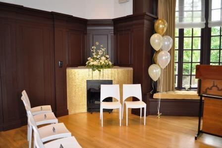 Een klassieke trouwzaal met strakke moderne stoelen. Huis de Werve in Voorburg. Bruiloft H&B 20 juni 2015.