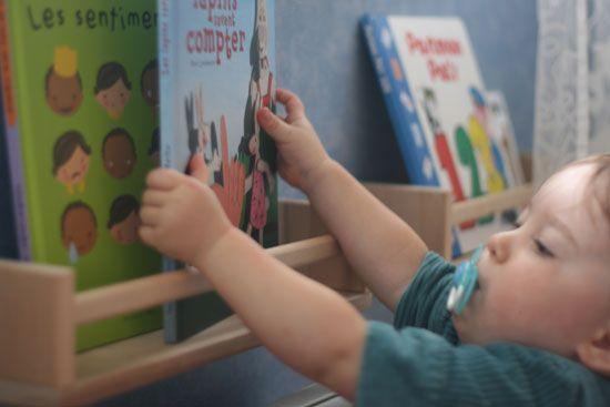 Etagères à épices Ikea transformées en bibliothèque pour enfant