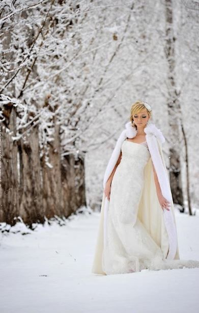 Stunning Wedding Cloaks and Shrugs for Winter Brides @Tabea Winterhoff Manmiller