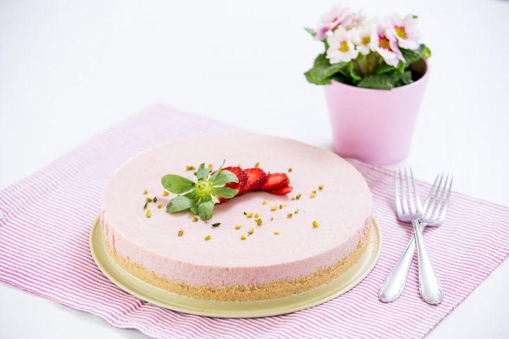 Neuvěřitelně jemný a lahodný nepečený dort s výraznou chutí a vůní čerstvých jahod. Výborné osvěžení v horkých dnech.