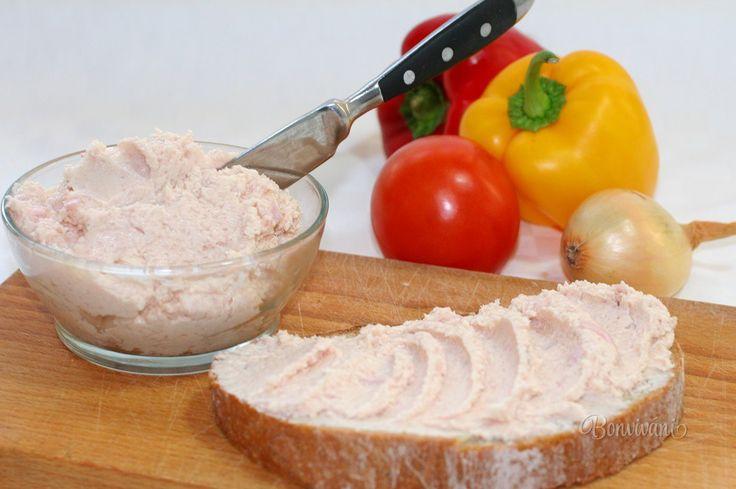 Nátierka, alebo pomazánka zo šunky, výborná na čerstvý chlieb. Vhodná je na ozdobovanie kanapiek, na plnenie toastového chleba, alebo ňou môžeme naplniť vajíčka.