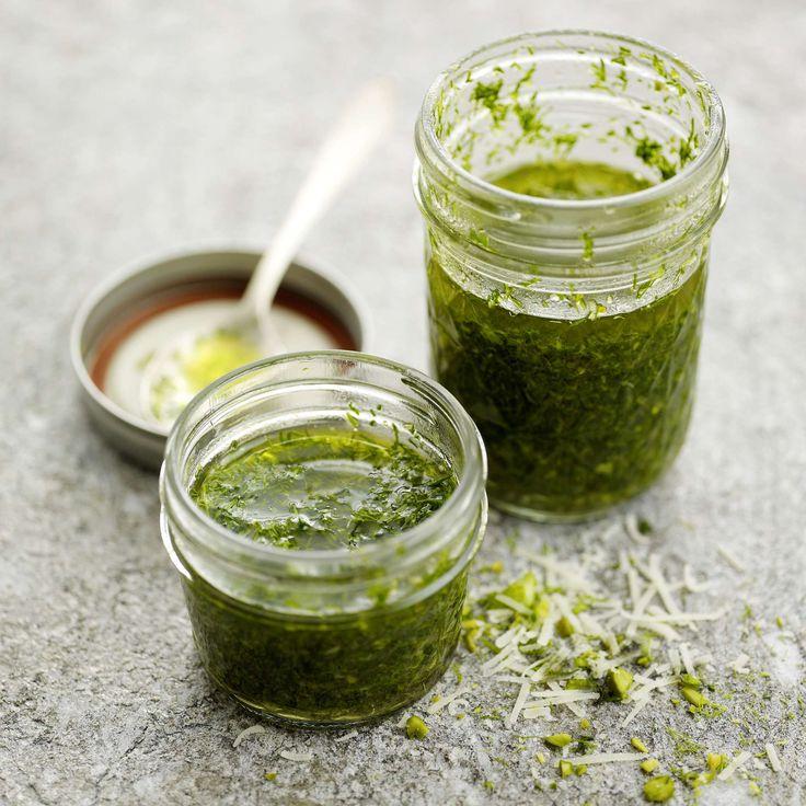 Pesto vom Fenchelgrün. Der grüne Würzklassiker mit besonderer Note: Fenchelgrün und Pistazien fein hacken, dann mit geriebenem Sbrinz sowie Öl mischen und im Glas verschliessen.
