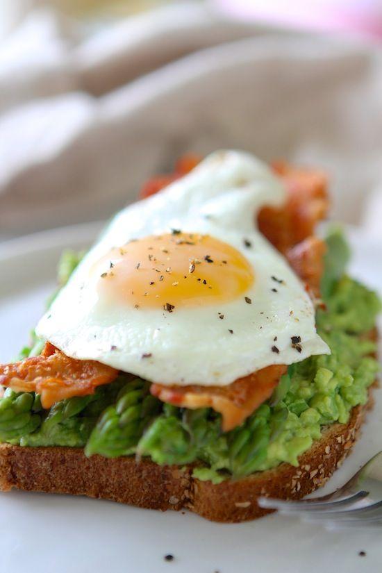 Sandwiches de huevo con aguacate, espárragos y tocino