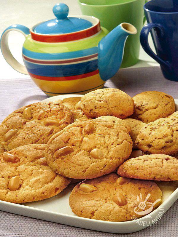 Biscuits with honey and pine nuts gluten-free - I Biscotti al miele e pinoli (gluten free) sono una di quelle preparazioni di sapore rustico e genuino, che ricordano buone ricette della nonna.
