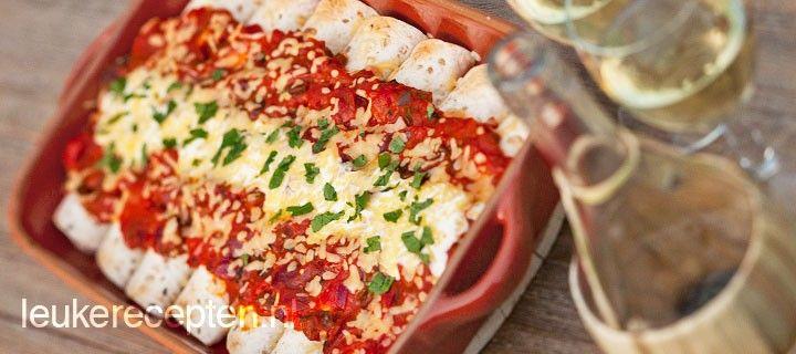 enchilada's; opgerolde tortilla wraps gevuld met kip en feta overgoten met een heerlijke pikante tomatensaus