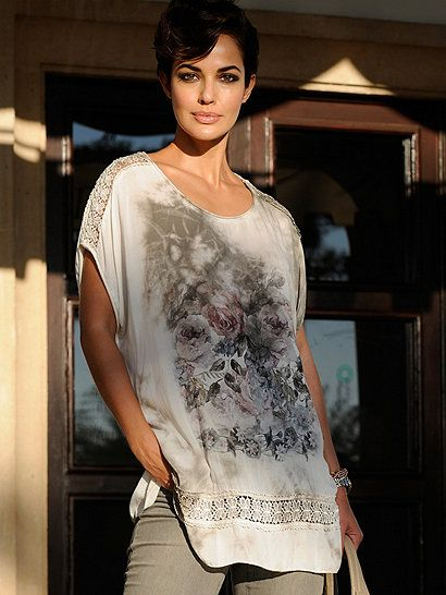 Das Oversized-Shirt von ALBA MODA ist der schönste Beweis dafür, dass romantische Details in der Mode in dieser Saison topaktuell sind